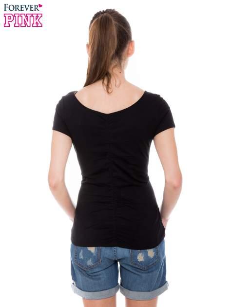 Czarny gładki t-shirt z marszczeniem z tyłu                                  zdj.                                  4