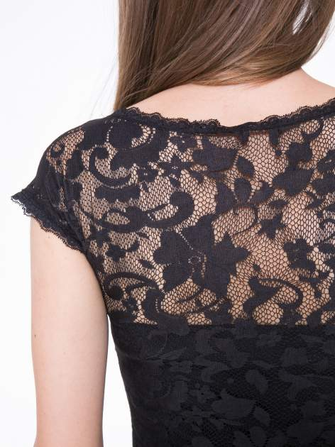 Czarny koronkowy t-shirt z głębokim dekoltem                                  zdj.                                  9