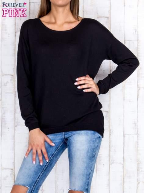 Czarny nietoperzowy sweter oversize z dłuższym tyłem