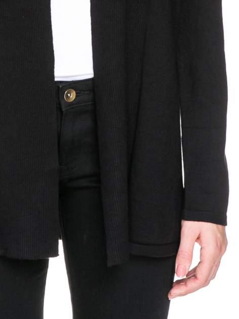 Czarny otwarty sweter kardigan z prążkowanym kołnierzem                                  zdj.                                  6