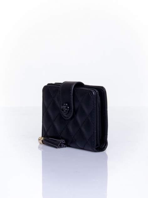 Czarny pikowany portfel z ozdobnym zapięciem                                  zdj.                                  3