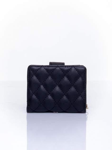 Czarny pikowany portfel z ozdobnym zapięciem                                  zdj.                                  2