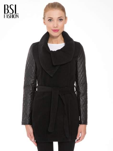 Czarny płaszcz ze skórzanymi pikowanymi rękawami