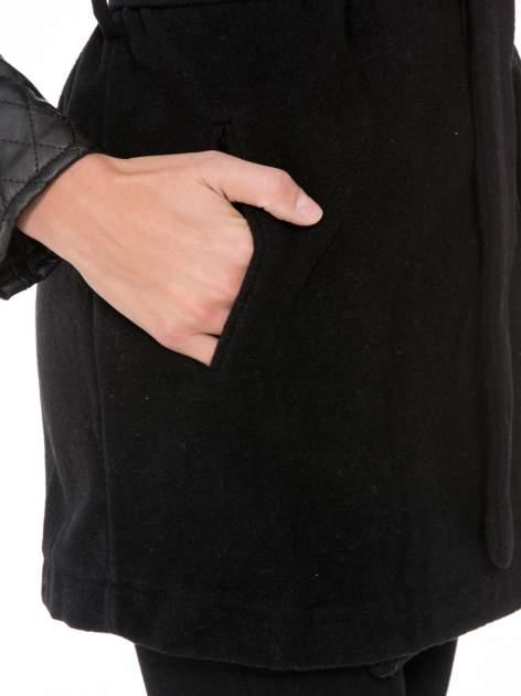 Czarny płaszcz ze skórzanymi pikowanymi rękawami                                  zdj.                                  8