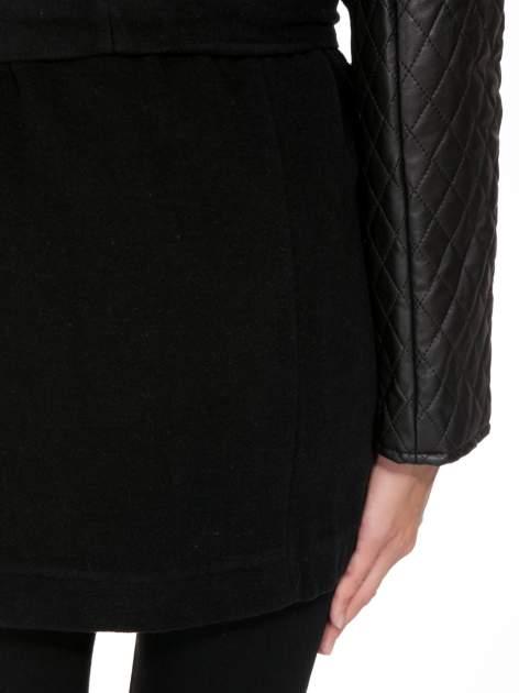 Czarny płaszcz ze skórzanymi pikowanymi rękawami                                  zdj.                                  11