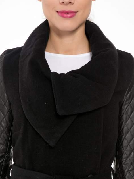 Czarny płaszcz ze skórzanymi pikowanymi rękawami                                  zdj.                                  5