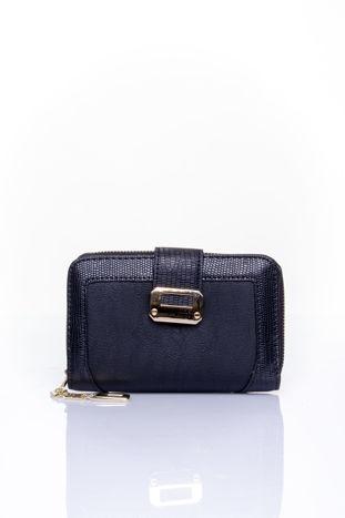 Czarny portfel z ozdobną złotą klamrą