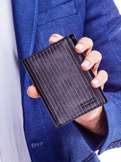 Czarny portfel ze skóry naturalnej w paski                              zdj.                              1