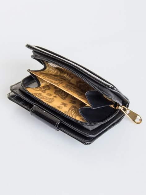 Czarny portfel ze złotym zapięciem efekt skóry saffiano                                  zdj.                                  4