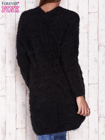 Czarny puchaty sweter z otwartym dekoltem                                  zdj.                                  4