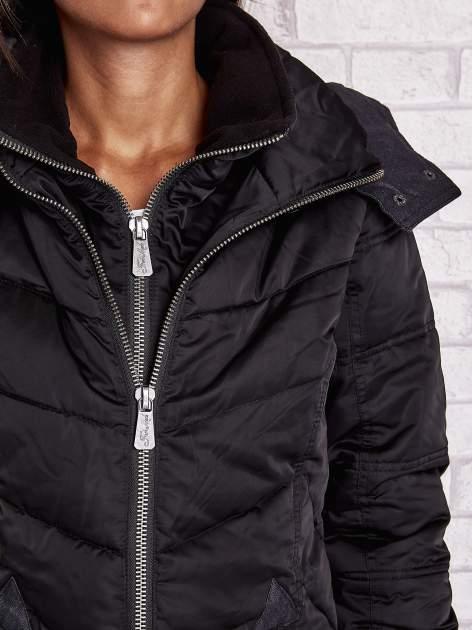 Czarny puchowy płaszcz z polarowym kołnierzem                                  zdj.                                  5