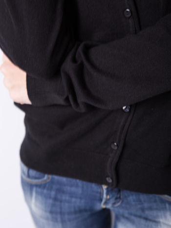 Czarny rozpinany kadrigan z bawełny z dekoltem w serek                                  zdj.                                  3