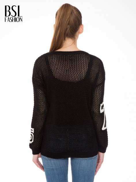 Czarny siatkowy sweter z nadrukiem numerycznym                                  zdj.                                  4