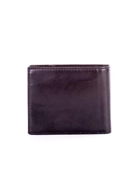 Czarny skórzany portfel męski z rozcięciem i napisem                              zdj.                              2