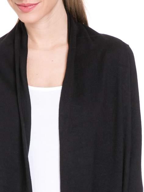 Czarny sweter narzutka z kaskadowymi bokami                                  zdj.                                  5