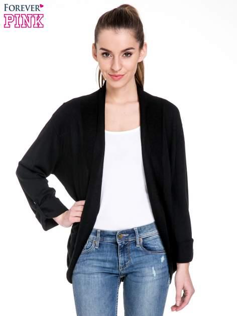 Czarny sweter narzutka z wywijanymi rękawami