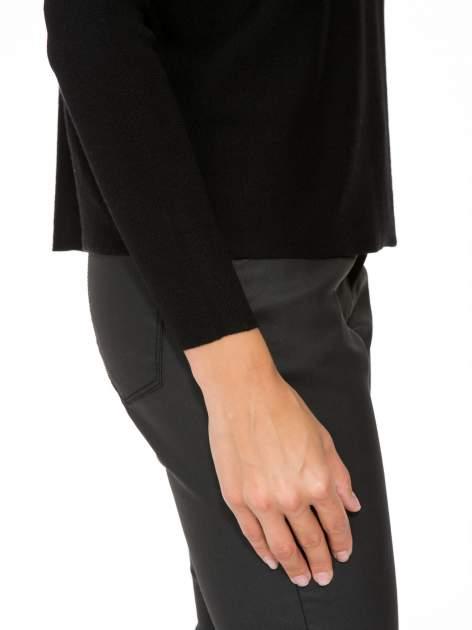 Czarny sweter o nietoperzowym kroju z cekinową aplikacją na rękawach                                  zdj.                                  9
