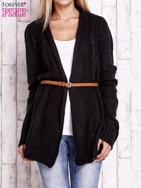 Czarny sweter o warkoczowym splocie z paskiem                                  zdj.                                  1