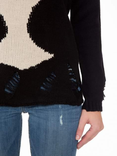 Czarny sweter z jelonkiem i efektem destroyed                                  zdj.                                  6