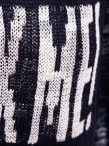 Czarny sweter z nadrukiem i efektem destroyed                                   zdj.                                  5