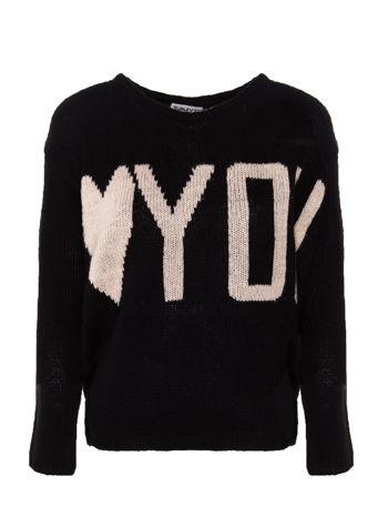 Czarny sweter z sercem i napisem YOU