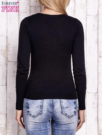 Czarny sweter z trójkątnym dekoltem                                  zdj.                                  4