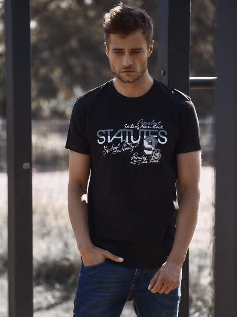 Czarny t-shirt męski z nadrukiem napisów i cyfrą 9                                  zdj.                                  1