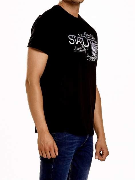 Czarny t-shirt męski z nadrukiem napisów i cyfrą 9                                  zdj.                                  4