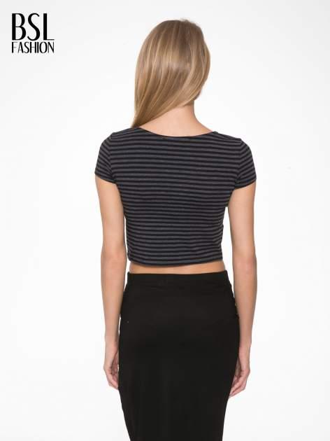 Czarny t-shirt typu crop w paski                                  zdj.                                  4