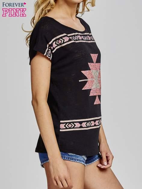 Czarny t-shirt we wzory azteckie z dżetami                                  zdj.                                  3