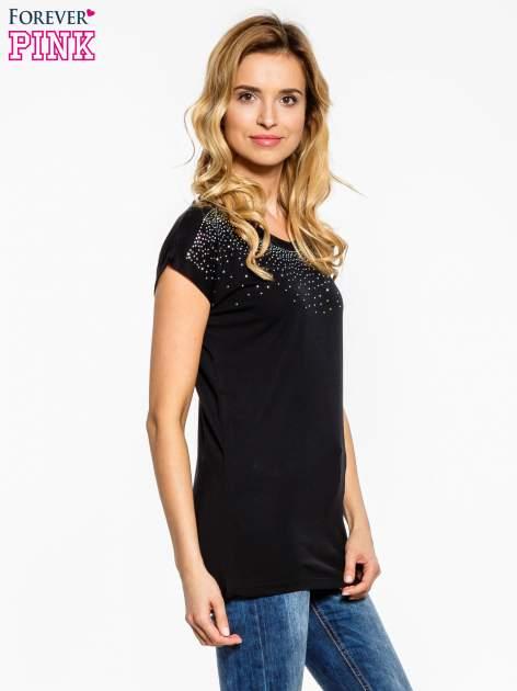 Czarny t-shirt z aplikacją na dekolcie                                  zdj.                                  3