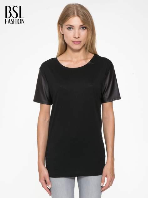 Czarny t-shirt z czarnymi skórzanymi rękawami