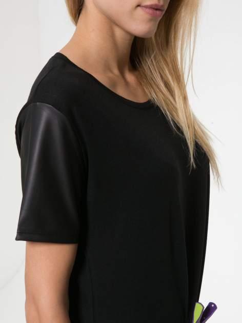 Czarny t-shirt z czarnymi skórzanymi rękawami                                  zdj.                                  8