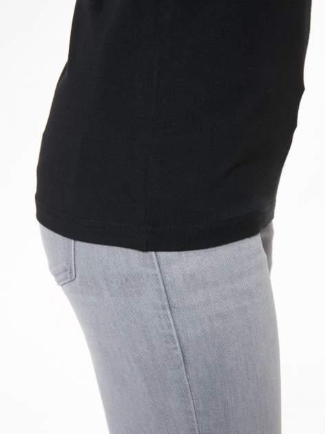 Czarny t-shirt z dekoltem na plecach                                  zdj.                                  10