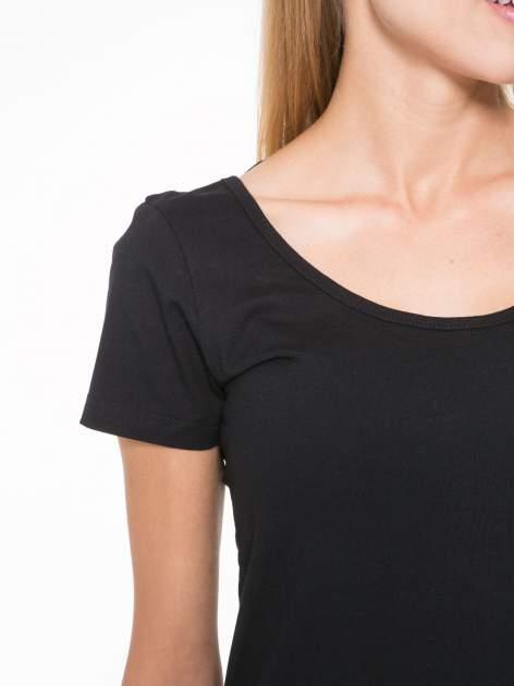 Czarny t-shirt z dekoltem na plecach                                  zdj.                                  8