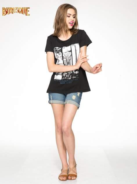 Czarny t-shirt z fotografiami miast                                  zdj.                                  2