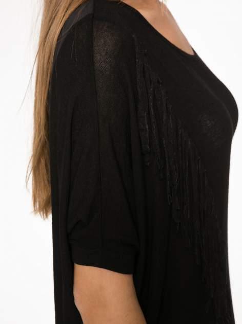 Czarny t-shirt z frędzlami i siateczkowym tyłem                                  zdj.                                  9