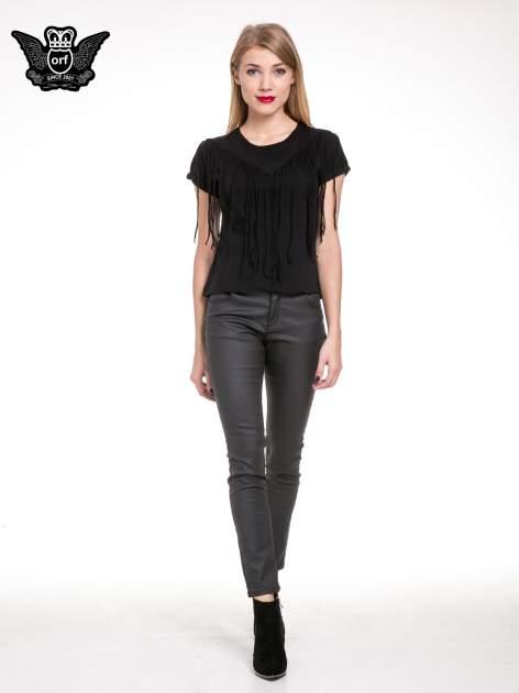 Czarny t-shirt z frędzlami z przodu                                  zdj.                                  2