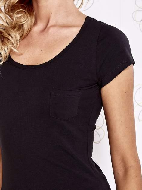 Czarny t-shirt z kieszonką i koronkowym tyłem                                  zdj.                                  5