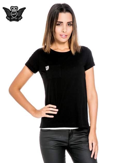Czarny t-shirt z kieszonką z ozdobnymi kamieniami
