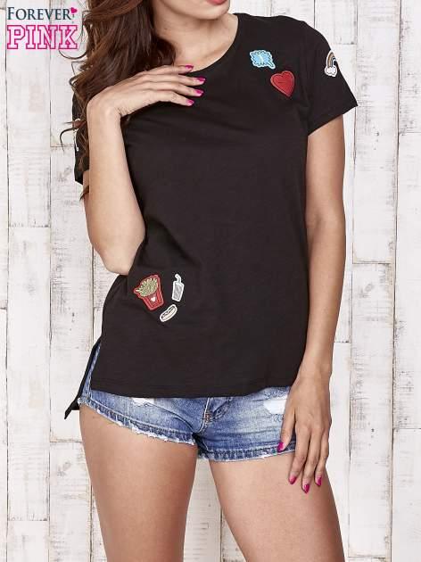 Czarny t-shirt z kolorowymi naszywkami                                  zdj.                                  1