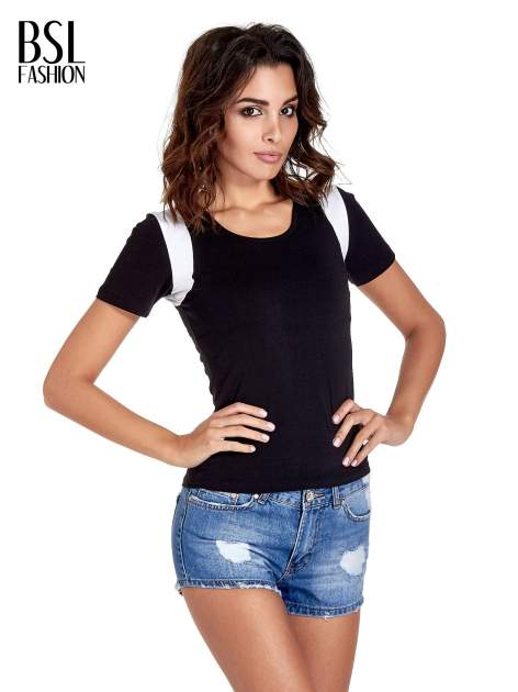 Czarny t-shirt z kontrastowym panelem na plecach                                  zdj.                                  1