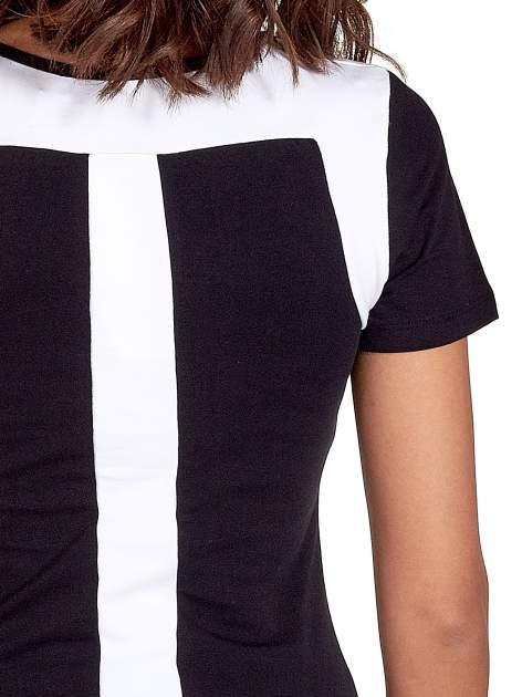 Czarny t-shirt z kontrastowym panelem na plecach                                  zdj.                                  6