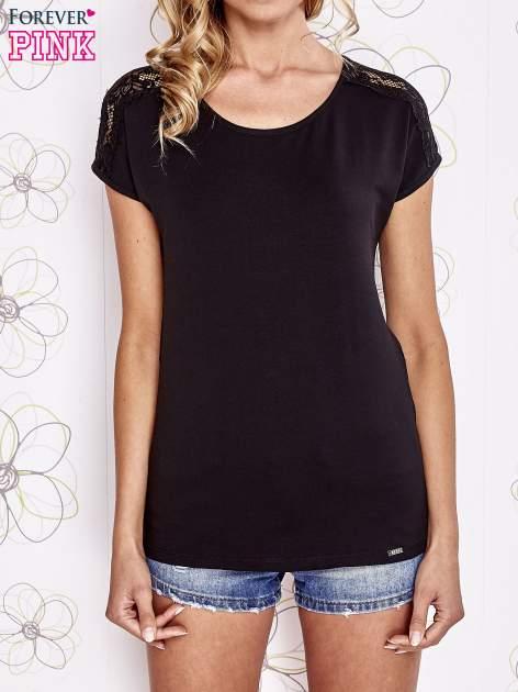Czarny t-shirt z koronkowym wykończeniem rękawów                                  zdj.                                  1