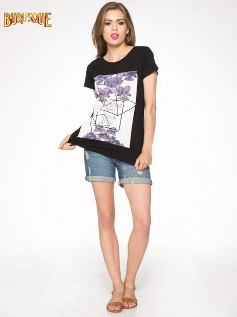 Czarny t-shirt z kwiatowym nadrukiem zdobionym dżetami                                  zdj.                                  2