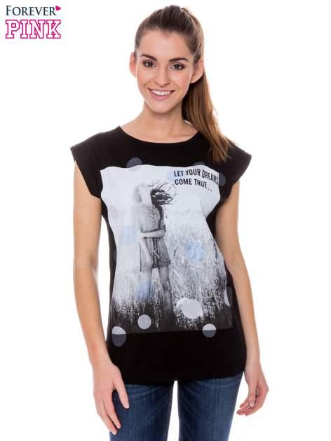 Czarny t-shirt z nadrukiem dziewczyny