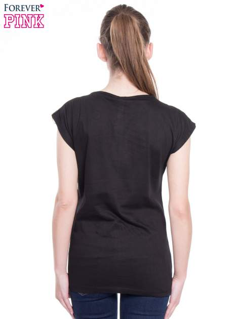 Czarny t-shirt z nadrukiem flaminga i napisem LESS IS MORE                                  zdj.                                  4