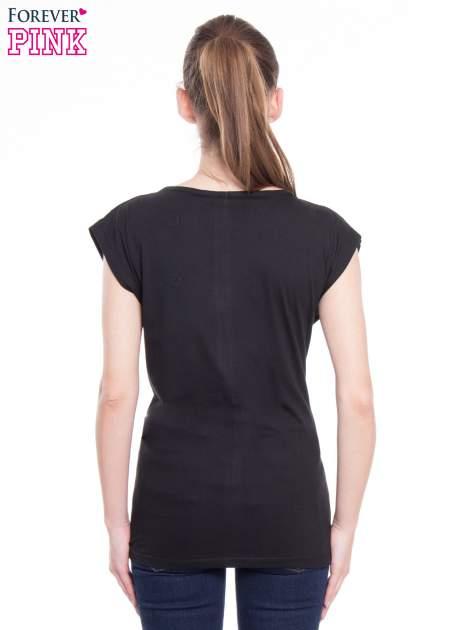 Czarny t-shirt z nadrukiem kobiety i napisem MOVE                                  zdj.                                  3