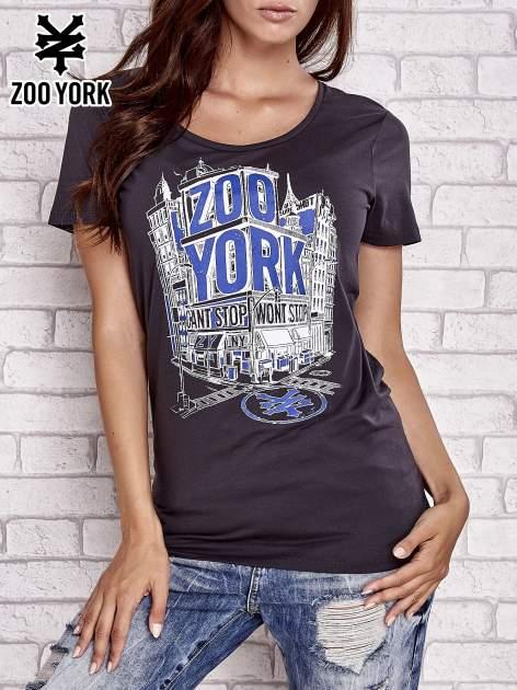 Czarny t-shirt z nadrukiem miasta