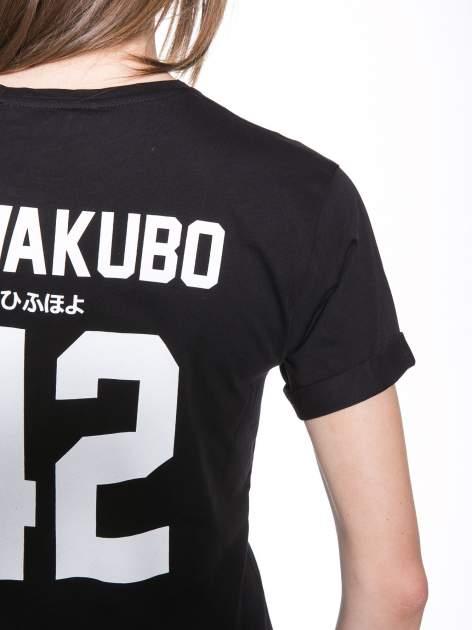 Czarny t-shirt z nadrukiem numerycznym KAWAKUBO 42 z tyłu                                   zdj.                                  9